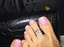 Love this classy, pretty, simple French pedicure in pink with a